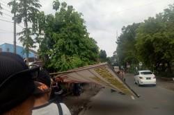 Atribut Kampanye di Jombang Ditertibkan