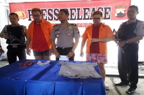 Dua tersangka (mengenakan kemeja oranye) menyekap seorang bocah