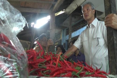 Cagub Ganjar Pranowo blusukan di sebuah pasar di Jepara, Sabtu