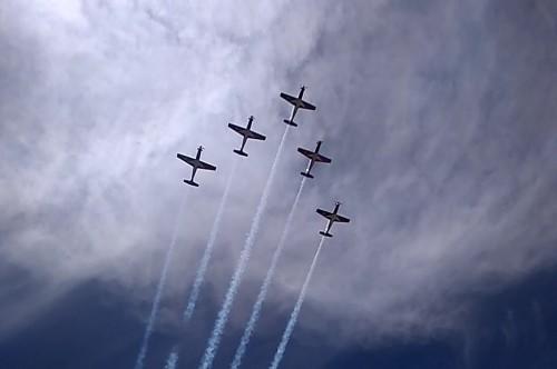 Sejumlah pesawat beratraksi di atas pesisir selatan Bantul dalam