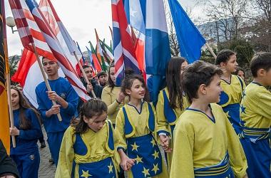 Para remaja mempersiapkan perayaan kemerdekaan Kosovo dari