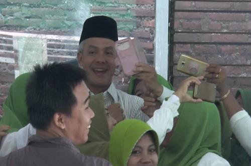 Ganjar Pranowo berswafoto bersama ibu-ibu muslimat NU Jepara,