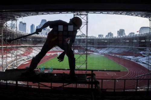 Seorang pekerja saat tengah memugar Stadion Utama Gelora Bung