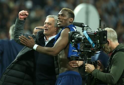 Kebersamaan Paul Pogba dengan Mourinho. (AFP PHOTO / Soren