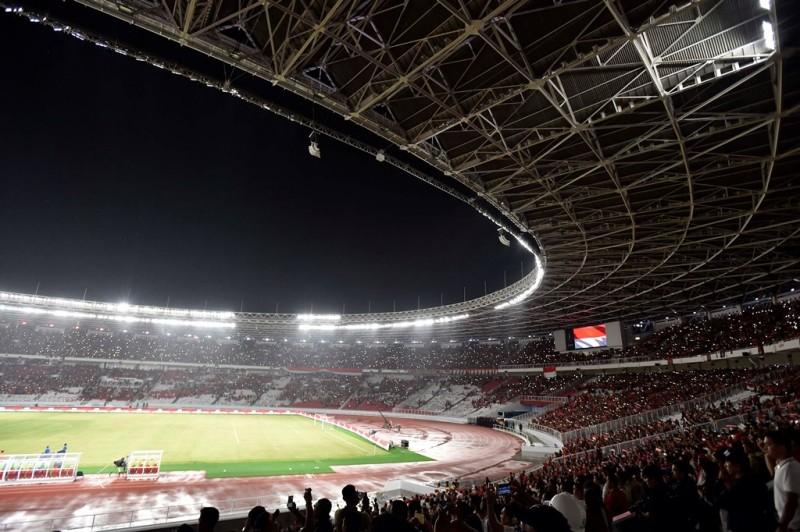 Suasana tribun penonton saat menyaksikan laga persahabatan antara Indonesia melawan Islandia di Stadion Utama Gelora Bung Karno, Jakarta, Minggu (13/1). Pertandingan tersebut menandai peresmian renovasi SUGBK yang dipersiapkan untuk menyambut Asian Games