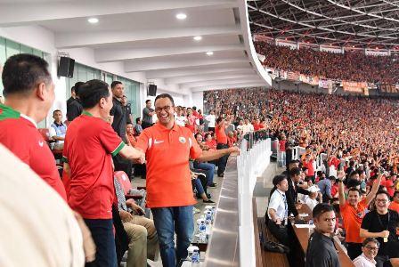 Presiden Joko Widodo dan Gubernur DKI Anies Baswedan bersalaman ketika Persija mencetak gol/foto:biro setpres