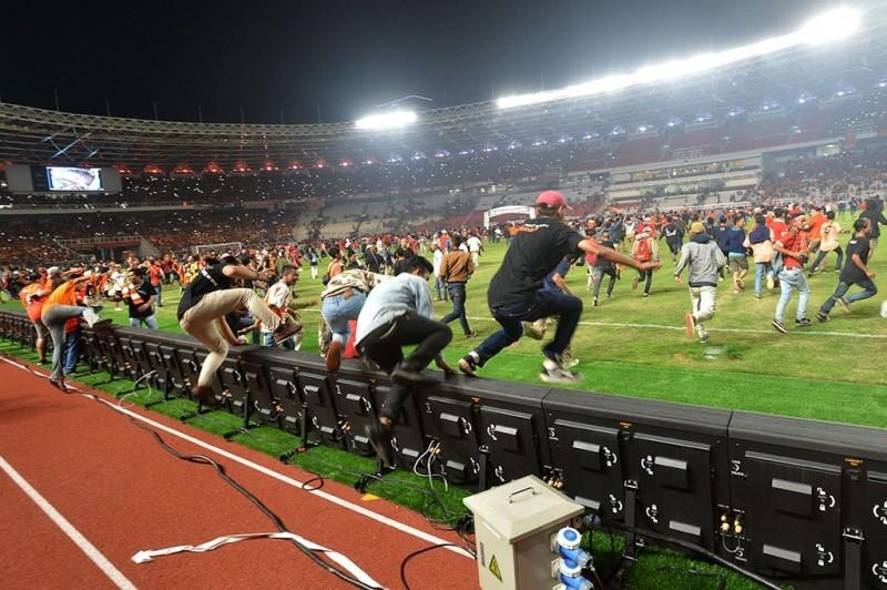 Stadion Utama Gelora Bung Karno mengalami sejumlah kerusakan usai final Piala Presiden 2018. Pengelola hari ini akan melakukan proses penghitungan kerusakan, Minggu, 18 Februari 2018. ANTARA/Muhammad Adimaja