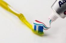 Mana Lebih Baik, Membasahi Sikat Gigi atau Tidak Membasahi Sama Sekali?