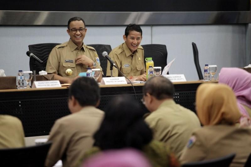 Gubernur DKI Jakarta Anies Baswedan bersama Wakil Gubernur Sandiaga Uno saat memimpin rapat di Kantor Balai Kota DKI Jakarta, Selasa (17/10/2017). Foto: MI/Arya Manggala