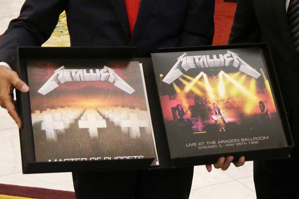 Jokowi Tebus Piringan Hitam Metallica