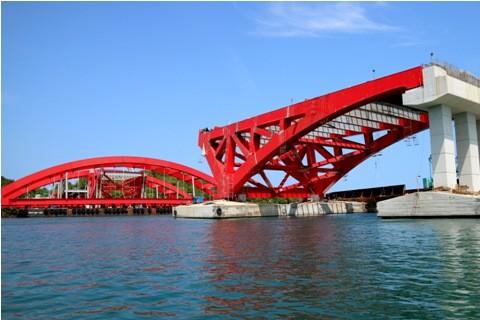 Bentang utama jembatan Holtekamp telah berada di lokasi pengerjaan proyek Multi Years, Hamadi-Holtekamp, Kota Jayapura, Papua, Sabtu (13/1) - ANT/INDRAYADI TH