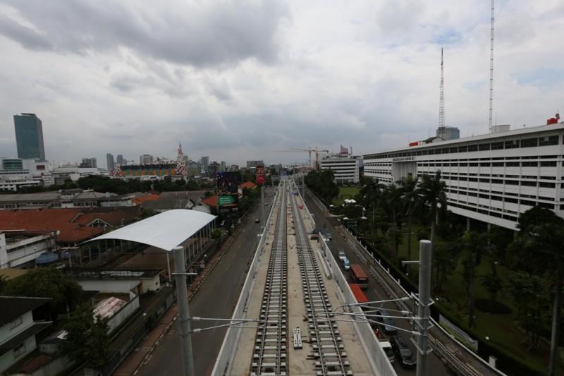 Pekerja menyelesaikan proyek pembangunan stasiun layang dan jalur MRT di Jalan Sisingamangaraja. (FOTO: Medcom.id/Annisa Ayu)