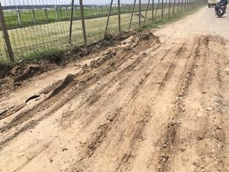 Jalan Perimeter Utara, akses satu-satunya warga Tangerang menuju Bandara Soetta rusak berat, Rabu 21 Februari 2018.  (Medcom.id/Farhan D)