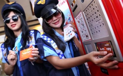 Model memperagakan penggunakan uang elektronik di terminal parkir elektronik. Foto: MI/Ramdani.