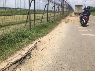 Jalan Perimeter Utara Bandara Soetta yang rusak. (Medcom/Farhan D)