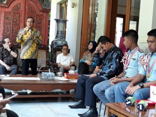 Ketua Pembina Yayasan Matauli, Akbar Tandjung (berdiri). Foto: