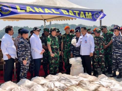Ketua DPR RI Bambang Soesatyo bersama Panglima TNI Marsekal Hadi