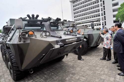 Presiden Joko Widodo (kiri) mengamati kendaraan tempur produksi
