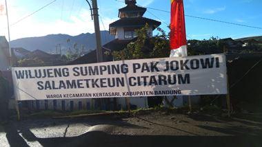 Spanduk yang menymbut kedatangan Presiden Joko Widodo di Situ