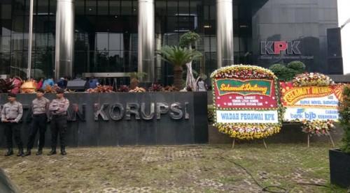 Karangan bunga menyambut Novel Baswedan di gedung KPK. Foto: