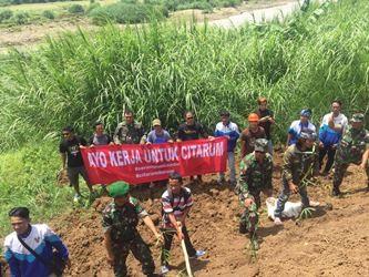 Aliansi Serumpun Bambu Melakukan Penanaman Bambu di Sungai