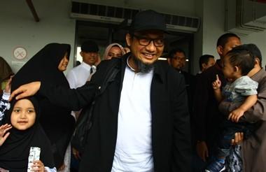 Penyidik KPK Novel Baswedan disambut anak dan istrinya. (ANTARA