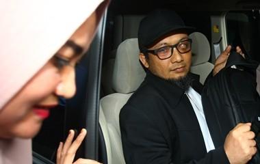 Penyidik KPK Novel Baswedan didampingi istrinya Rina Emilda.