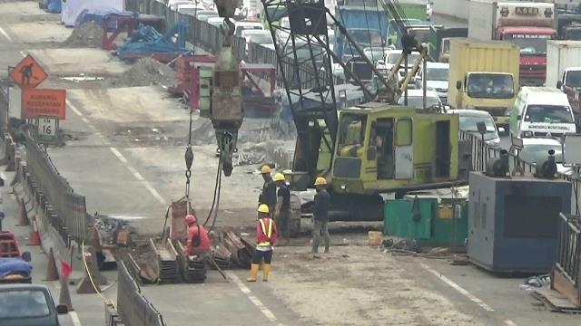 Ilustrasi: Sejumlah pekerja masih berada di kawasan pengerjaaan Jakarta-Cikampek Elevated sekitar pukul 10.00 WIB, Rabu, 21 Februari 2018. Foto: Medcom.id/Antonio