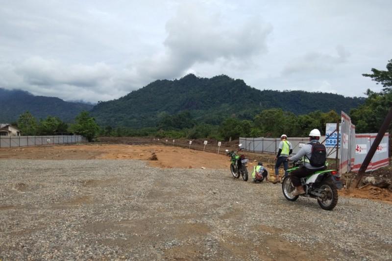 Tiga petugas mengendarai sepeda motor memasuki kawasan Proyek Trans Sumatera untuk mengukur lahan. Foto: Medcom.id/Alex Rajes
