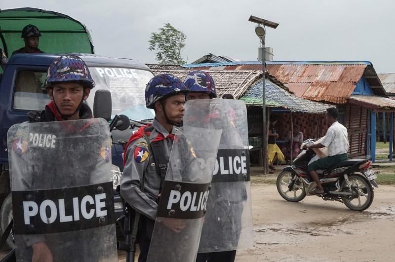 Polisi bersiaga di Sittwe, Rakhine, Myanmar, 1 September 2017. (Foto: AFP/STR)