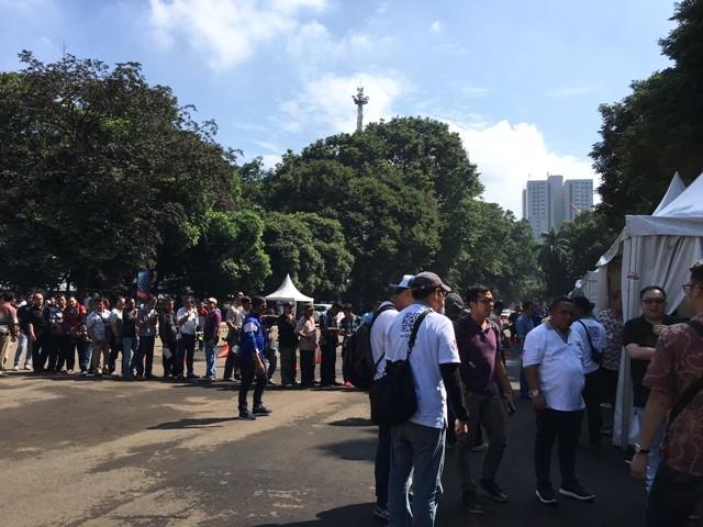 Sejumlah pengemudi taksi online dan konvensional mengatre untuk mendapatkan pelayanan pembuatan SIM A Umum di GBK, Jakarta. Foto: Dian Ihsan/Medcom.id