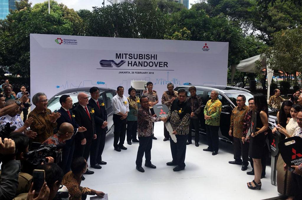 Mitsubishi Serahkan 10 Mobil Listrik ke Kementerian Perindustrian