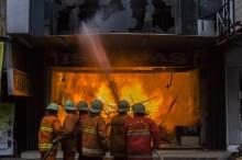 Kebakaran di Pasar Baru, Puluhan Mobil Damkar Dikerahkan