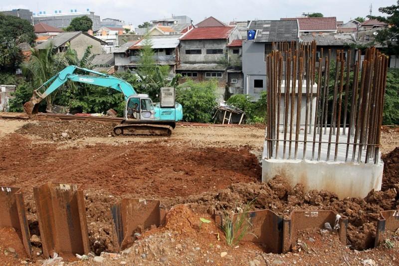 Sejumlah pekerja dan alat berat dioperasikan untuk mengerjakan pembangunan proyek rel dwiganda atau Double-Double Track (DDT) Manggarai-Cikarang. Foto: MI/Galih Pradipta.