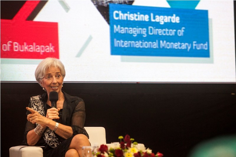 Managing Director of International Monetary Found (IMF) Christine Lagarde memberikan pemaparan saat kuliah umum di Magister Management Universitas Gadjah Mada, Sleman, DI Yogyakarta, Kamis (1/3). Dalam kuliah umum itu Christine Lagarde dan Achmad Zaky mem