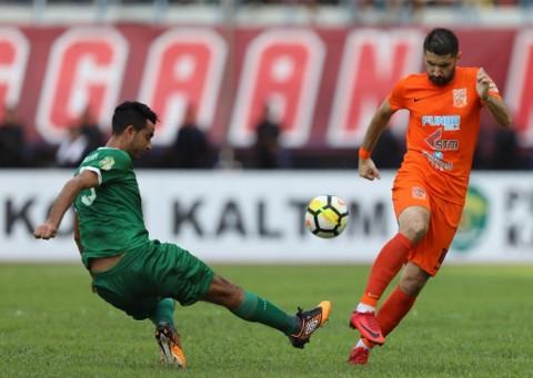 Suasana laga Borneo FC vs Persebaya Surabaya pada perebutan