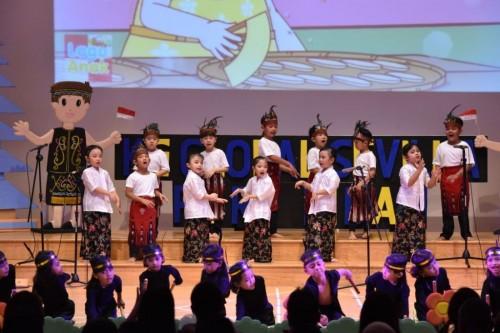 Siswa diajarkan kebudayaan untuk memperkuat pendidikan karakter.