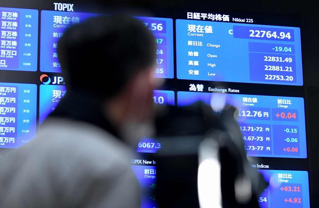 Tokyo stocks open lower on lingering trade war fears (Photo: AFP).