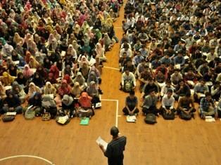 Sejumlah peserta lulus SNMPTN mengikuti arahan saat pendaftaran