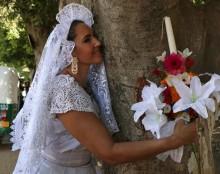 Upaya Lestarikan Alam, Wanita di Meksiko Nikahi Pohon