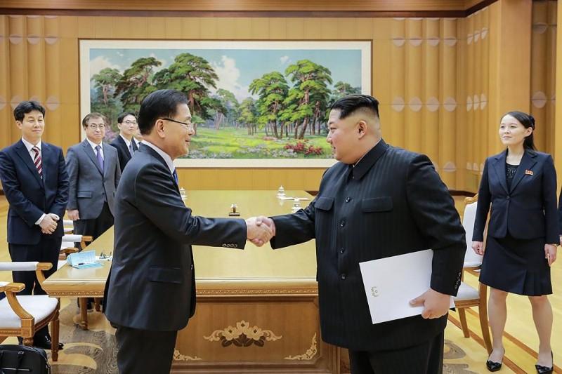 Kim Jong-un saat bertemu dengan utusan khusus Presiden Korsel di Pyongyang (Foto: AFP).