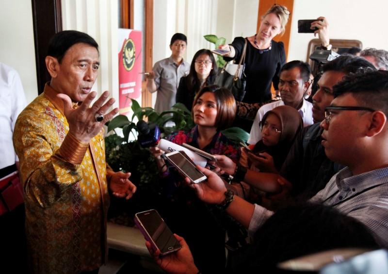 Menko Polhukam Wiranto memberikan keterangan pers seusai pertemuan dengan Menteri Dalam Negeri Australia Peter Craig Dutton. Foto: MI/Rommy Pujianto.