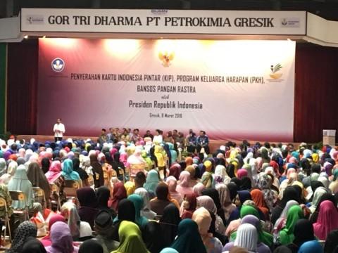 Jokowi Serahkan PKH, KIP, dan Rastra Ke 3.750 Warga Gresik