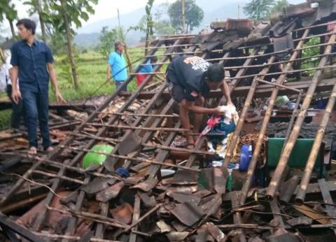 Puting Beliung Rusak Puluhan Rumah di Sumedang