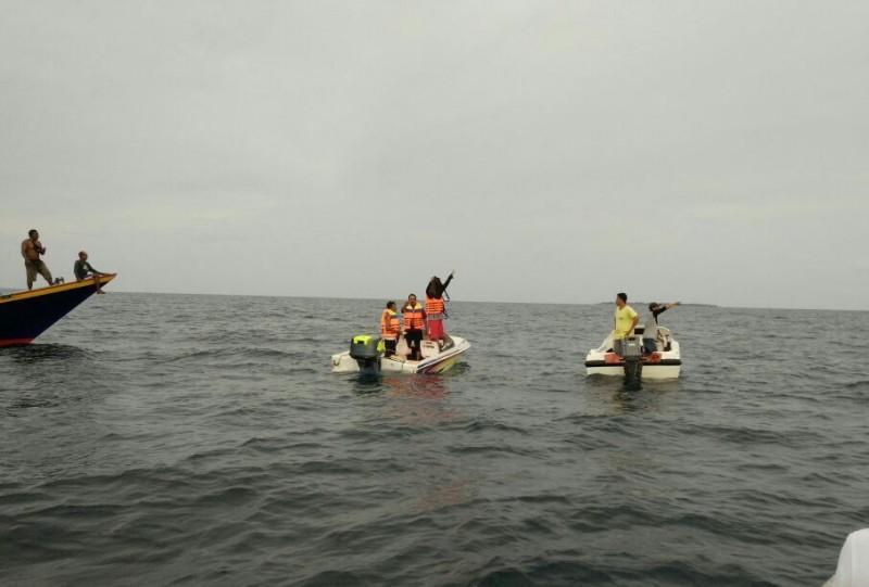 Tim saat mencari korban perahu miring di perarian Pulau Sapeken Sumenep - Foto: Humas Polres Sumenep