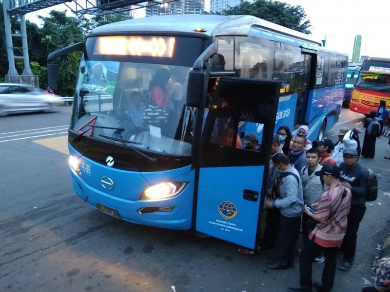 Sejumlah warga menggunakan Trans Jakarta untuk ke Jakarta melalui Gerbang Tol Bekasi Timur 2, Selasa 13 Maret 2018. (Medcom/Antonio)