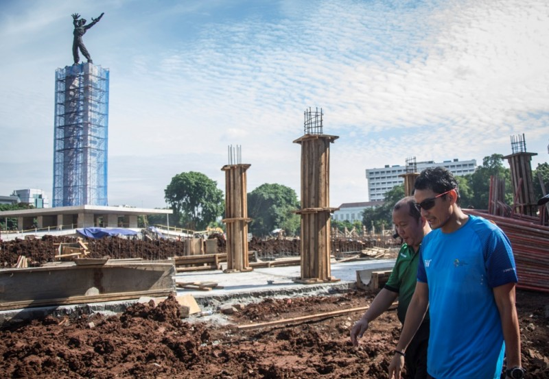 Wakil Gubernur DKI Jakarta Sandiaga Uno (kanan) meninjau proyek revitalisasi Taman Lapangan Banteng, di Jakarta. Foto: Antara/Aprillio Akbar.