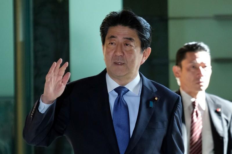 PM Jepang Shinzo Abe di kediaman pribadinya di Tokyo, 13 Maret 2018. (Foto: AFP/KAZUHIRO NOGI)