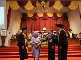 Wapres Jusuf Kalla (kedua kanan) didampingi istri Mufidah Jusuf