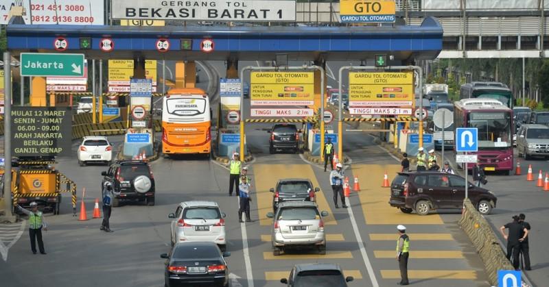 : Sejumlah kendaraan roda empat melintas masuk ke gerbang tol Bekasi Barat 1 di Bekasi, Jawa Barat. (ANT/Widodo S Jusuf)